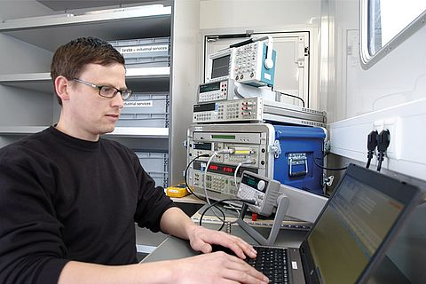 Calibration in the mobile calibration laboratory of Testo Industrial Services