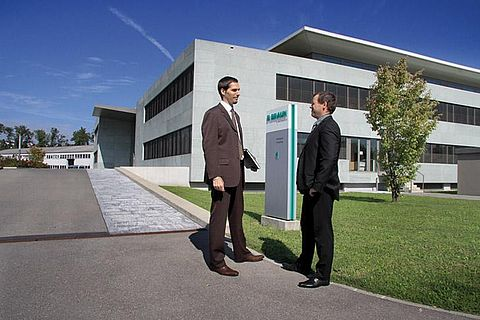 Conversation in front of the B.Braun Medical AG building